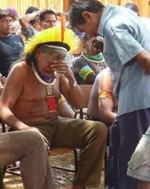 chef de tribu kayapo face à la noyade par barrage hydro-électrique
