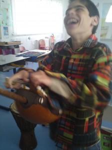 Mattéo joue de la Kora